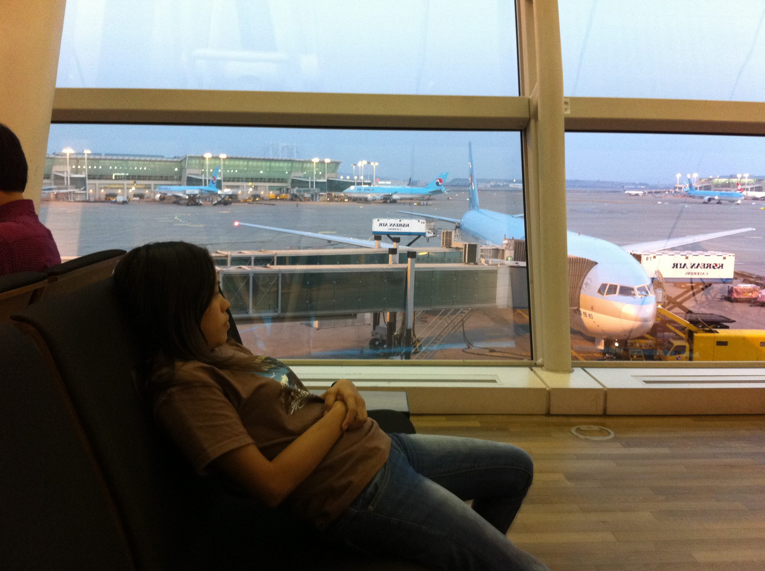 How to Survive Long Airport Layovers